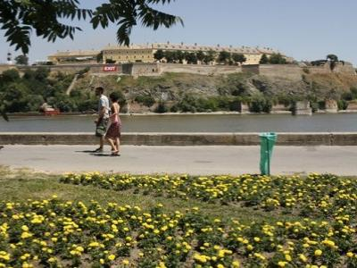 Настављени радови на уређењу зелених површина на тврђави